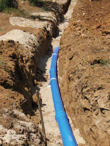 Reti idriche in PVC-A. Tubi in PVC Blupower posa in opera di tubature per acqua potabile in un cantiere